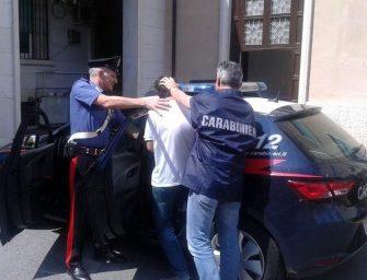 Modena, ruba e sferra pugni: arrestato