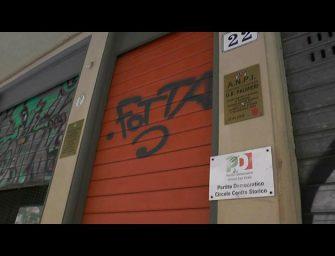 Manifesti e scritte contro Renzi e il Pd. A Bologna vandalizzato il circolo Belle Arti