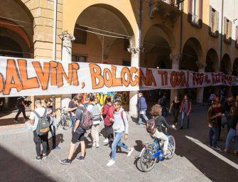 """""""Salvini, Bologna ti odia! No al razzismo"""". Striscione di 40 m del Cua"""
