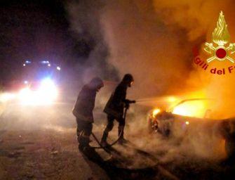 Auto in fiamme nella notte a Pratofontana, indagano i carabinieri