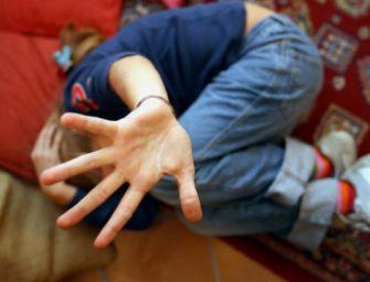 Abusi su bimba di 8 anni, arrestato