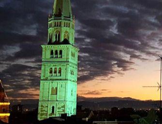 Modena. La Ghirlandina illuminata di verde