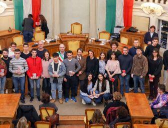 Reggio, il sindaco consegna agli studenti la Costituzione e 'Razza di Stato'
