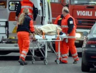 49enne muore su una panchina del parco mentre gli prestano soccorso