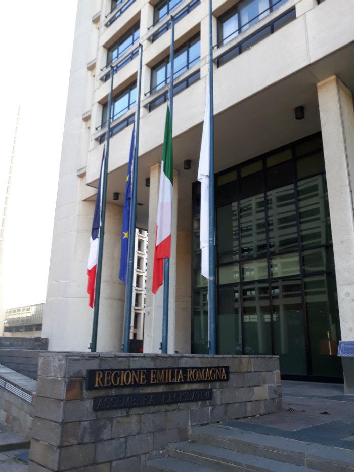 Bandiere a mezzasta assemblea legislativa Emilia-Romagna