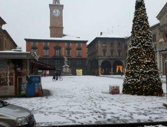 L'Emilia si risveglia imbiancata: martedì tregua, ma poi gelo e ancora neve