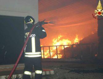 Parma, fiamme in area condominiale: bruciano 6 auto e una moto