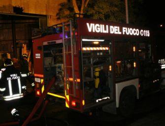 Incendio a Villa Cadè: bruciano 4 auto, rogo doloso