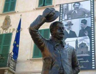 Brescello. La statua di Peppone 'abbattuta' dai selfie