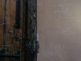 Bologna, disegnate svastiche sul portone del liceo classico Minghetti