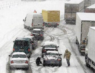 Neve e caos in Autobrennero, 'rinviate i viaggi'