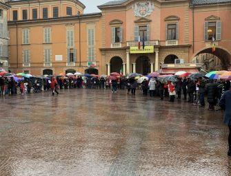 Reggio. Al canto di 'Bella ciao', catena umana contro le politiche migratorie del governo