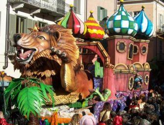 Carnevale, bimbo di 2 anni sotto il carro