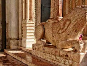 Duomo, imbrattato leone stiloforo. Muzzarelli: senso di responsabilità dei genitori