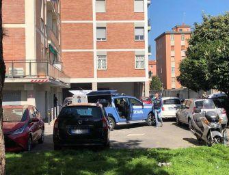 """Morte dei fratellini di Bologna, il padre indagato per istigazione al suicidio. Ma la procura: """"Atto tecnico"""""""