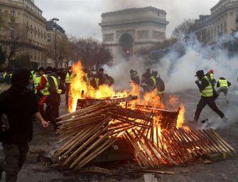 Gilet gialli, scontri con la polizia: fiamme e feriti sugli Champs-Élysées