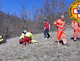 Monte Dosso (Varsi). Motociclista cade su un sentiero, trasportato in ospedale con l'elicottero