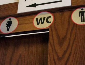 """Reggio, in Comune bagni """"gender free"""" e terza identità di genere sui questionari"""
