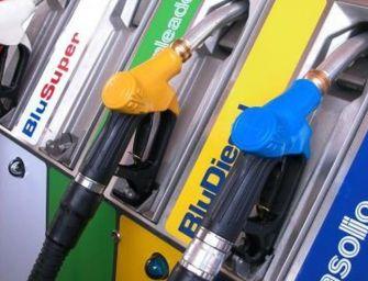 Vola la benzina, oltre 2 euro al litro