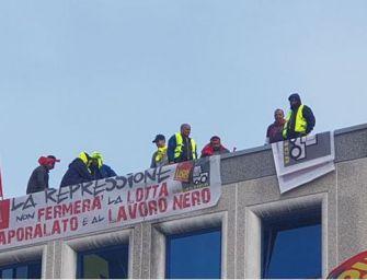 Notte sul tetto per gli operai della Gls di Piacenza, in protesta contro il licenziamento di 33 persone