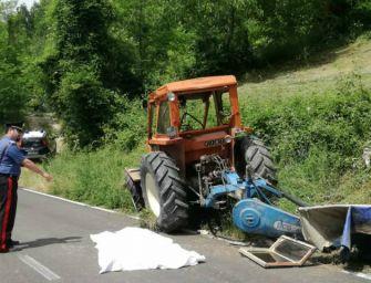 Vetto. Il trattore si ribalta nel campo e piomba sulla strada: morto 55enne
