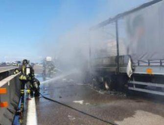 Scontro fra 3 camion: 1 morto. Riaperta A14