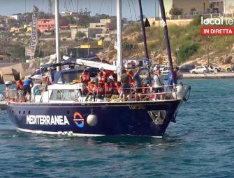 """La barca della ong Mediterranea forza il blocco ed entra nel porto di Lampedusa. Ira di Salvini: """"Complici dei trafficanti"""""""