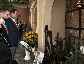 Girasoli per Luciano Pavarotti alla sua tomba a Montale