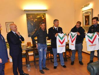 La Reggiana regala le maglie ai poliziotti feriti negli scontri