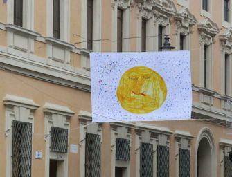 100 bandiere per le strade del centro storico a Reggio Emilia