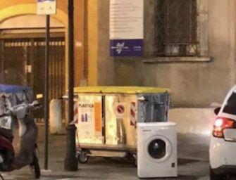 Reggio. Lascia una lavatrice in piazza Gioberti: 600 euro di multa