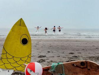 """""""Chi non vota resta spiaggiato"""", il tuffo delle Sardine al Papeete"""