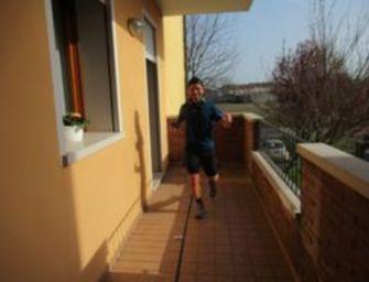 Corre 100 km sul balcone di casa, lo fa 6mila volte