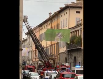 Reggio. Fumo dal tetto di un palazzo storico di via Emilia San Pietro