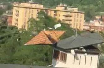 Raffiche di vento nel Bolognese, vola il tetto di San Giovanni Battista a Casalecchio