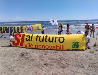 Il flash mob in spiaggia di Legambiente per dire sì all'elolico e no alle fossili