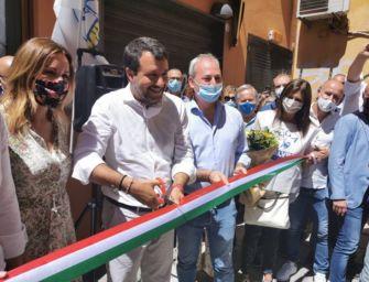 """Salvini a Bologna per inaugurare la sede della Lega: per le elezioni 2021 """"un candidato unico senza tessere di partito"""""""