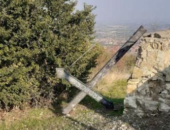 Scandiano. Monte Calvario: 1 delle 3 croci abbattuta, interrogazione della Lega al ministro