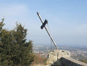 Torna al suo posto la croce sul Monte Ventoso di Scandiano