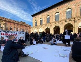"""A Bologna sit-in dei ristoratori in piazza Maggiore contro il Dpcm: """"Vogliamo lavorare"""""""