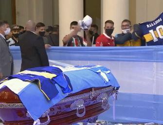 L'addio a Diego Armando Maradona, il popolo del Pibe in fila alla Casa Rosada. Oggi la sepoltura