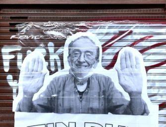 Reggio. Storico barbiere del Gattaglio chiuso per qualche giorno, sulle serrande spunta il murale: 'Forza Franco, Tin dur'