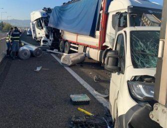 Scontro tra mezzi pesanti all'altezza del raccordo A1-A14, ferito gravemente l'autista di un autocarro