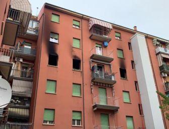 Incendio all'alba in un appartamento di via Fioravanti a Bologna, una vittima tra le fiamme