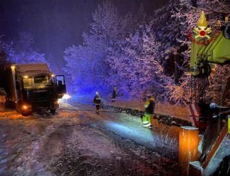 Maltempo nel Bolognese, camion bloccati dalla neve recuperati dai vigili del fuoco