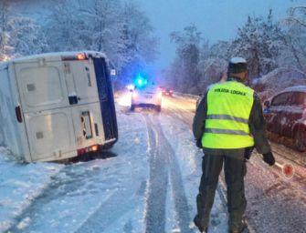 Neve. Tra Castellarano e Roteglia si ribalta il furgone di una fornaia