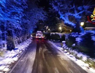 Neve Appennino bolognese, i vigili del fuoco liberano strade
