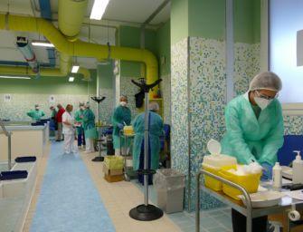 """A Baggiovara avanzano dosi di vaccino a fine giornata, gli operatori chiamano i parenti. Ausl: """"Grave errore"""""""