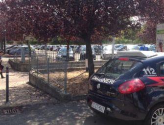 Reggio. Straccia i giornali del bar, prende a pugni le auto e minaccia i militari: arrestata trans 23enne