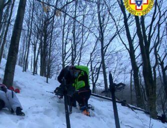 Famiglia in gita con le ciaspole bloccata alle cascate del Dardagna: salvata dal Soccorso alpino